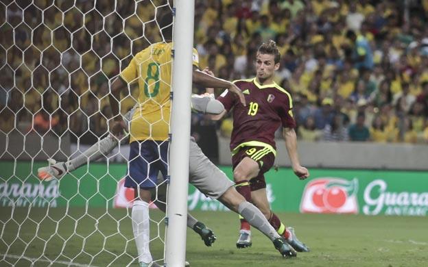 BRA225-FORTALEZA-BRASIL-13-10-2015-Christian-Santos-de-Venezuela-anota-ante-Brasil-hoy-martes-13-de-