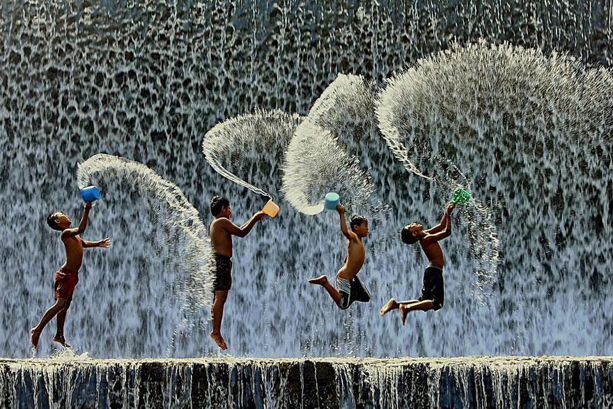32 фотографии радостных моментов детства из разных стран-70