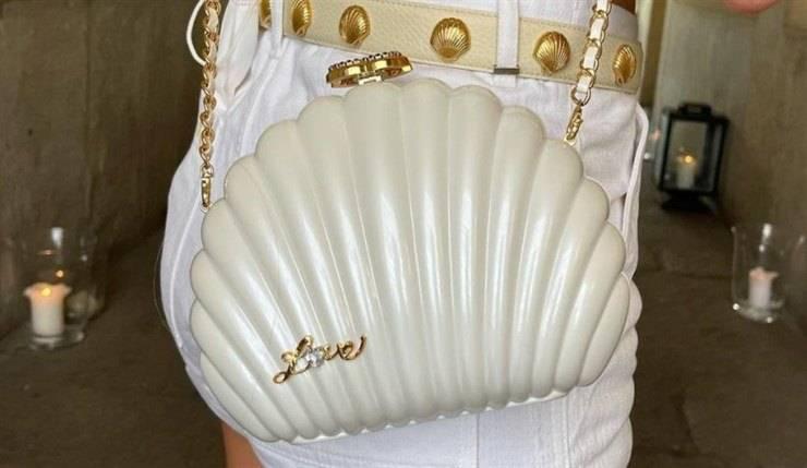 Chiara Ferragni, la clutch a conchiglia di Chanel è trend dell'estate