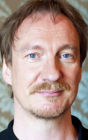 Смотреть Дэвид Тьюлис Онлайн бесплатно - Дэвид Тьюлис — английский актёр, режиссёр, сценарист. Известен прежде всего ролями в...