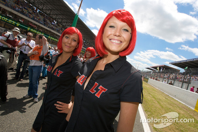 13-06-2009-Le-Mans-France-The-charming-Cult-girls