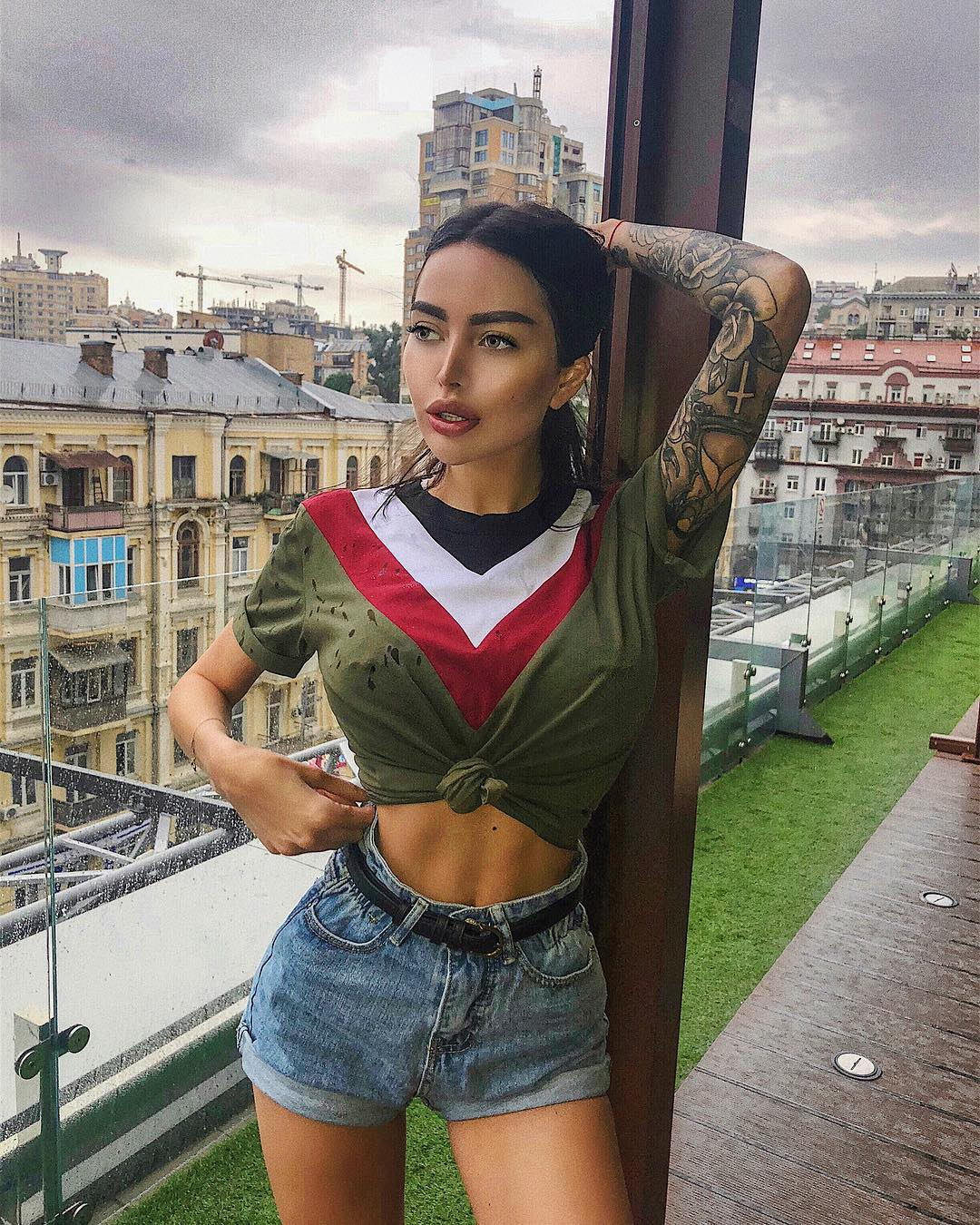 Alena-Omovych-Wallpapers-Insta-Fit-Bio-14