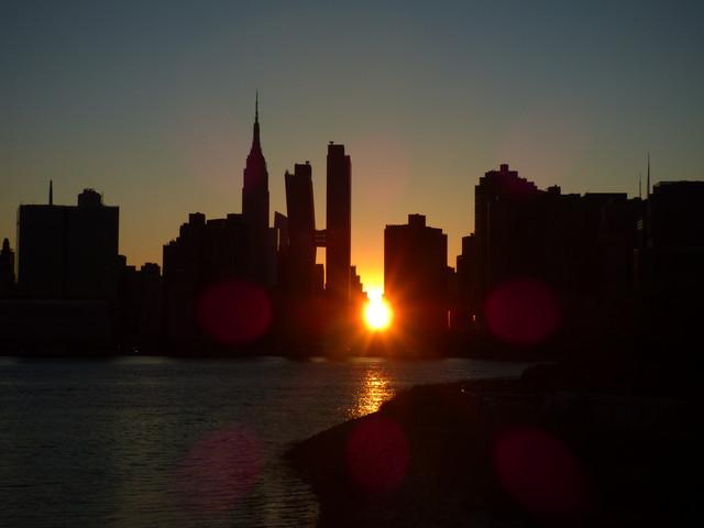 Manhattanhenge East River.jpg