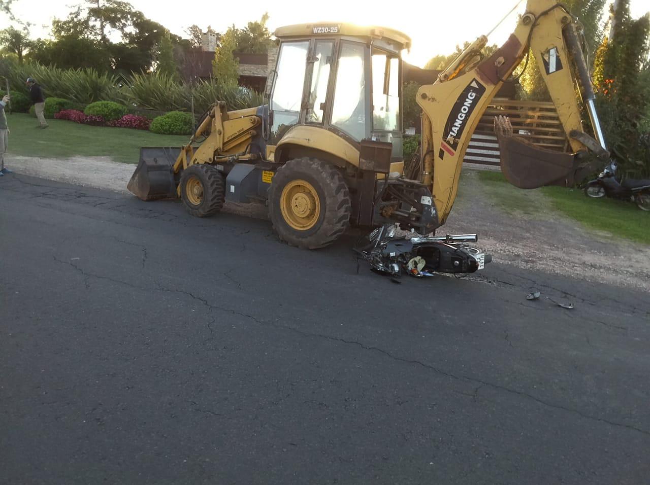 POLICÌA DE VILLAGUAY: Un joven resultò con lesiones graves al impactar la moto que conducía contra una retro-excavadora