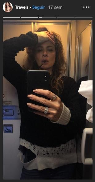 """Viajando pela Ásia, Luciana Gimenez é flagrada pelo filho bem """"à vontade"""" no chão de aeroporto"""