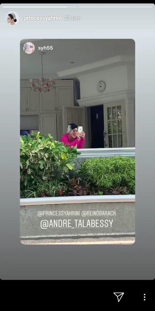 Syahrini terlihat berdiri di kejauhan sambil merekam suaminya, Reino Barack.