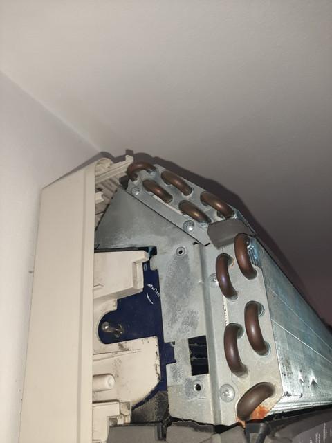 Pogled s leva, skinut ležaj turbine i plastični držač ležaja. Pokušao sam odvrnuti šrafove da sklonim ovaj metal sa isparivača, ali su toliko jako zavrnuti da sam uspeo polomiti šrafciger kojim sam odvrtao...