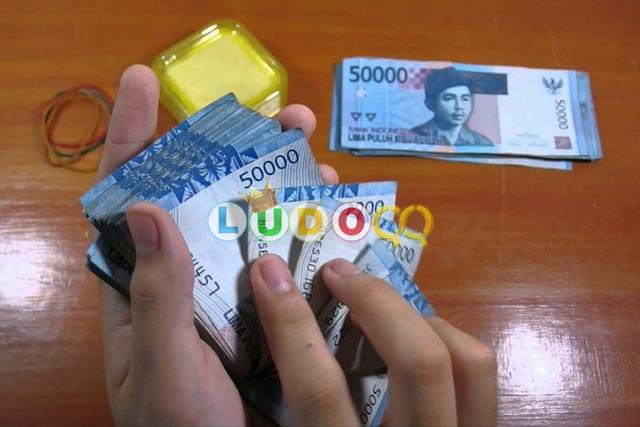 Di Berikan Uang Oleh Turis Asing Melalui kantong kresek