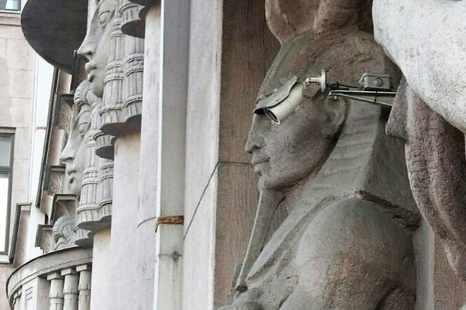 статуя и камера