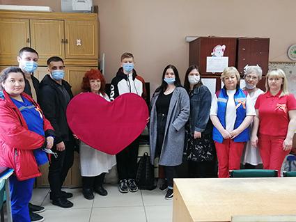 В праздничный день ученики школы №9 прочитали для фельдшеров стихи и подарили огромное малиновое сердце