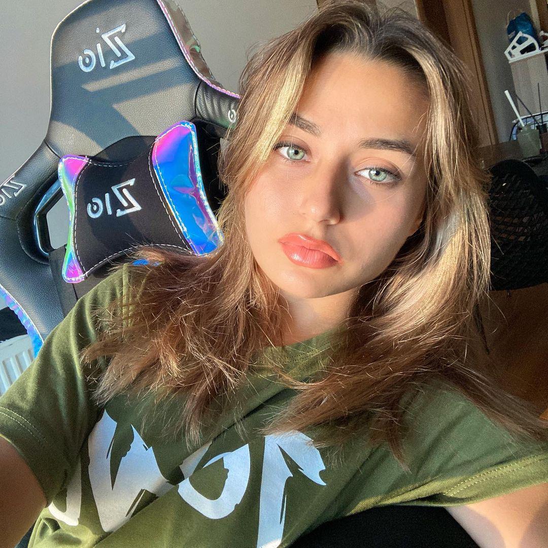 Aleyna-Bagdacicek-Wallpapers-insta-Fit-Bio-1