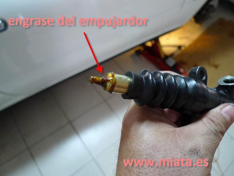 TUTORIAL DE COMO CAMBIAR EL EMPUJADOR HIDRAULICO DE LA LEVA DEL EMBRAGUE DEL MX-5/MIATA. 010