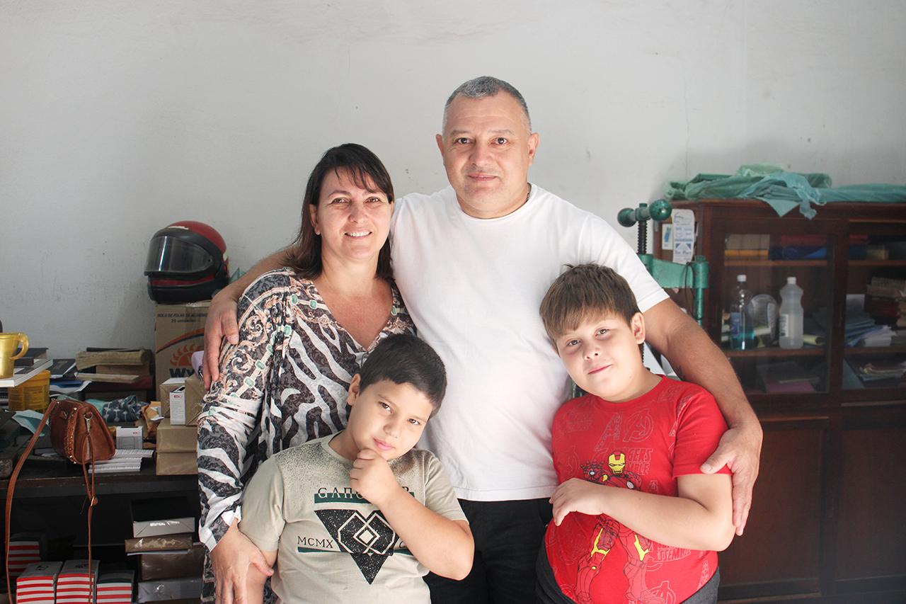 Heitor com os avós Cláudia e Rogério, e o irmão Arthur