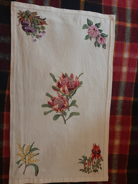 rsz-waratah-table-runner