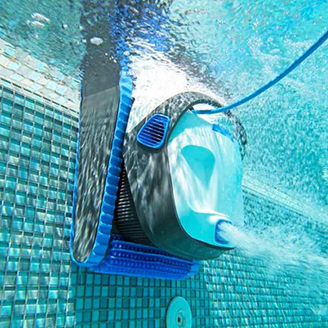 робот пылесос для бассейна в процессе работы