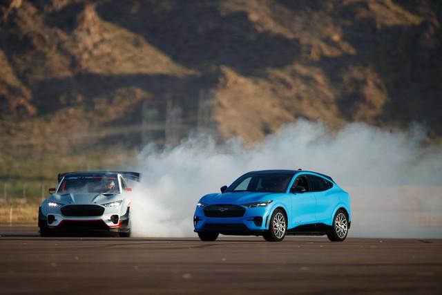 Ford Performance et RTR dévoilent un prototype 100% électrique, la Mustang Mach-E 1400, pour un nouvel art du drift Mach-E-1400-APG-selects-14