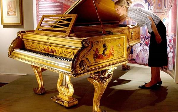Royal-Family-s-Golden-Piano.jpg