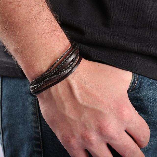 кожаный мужской браслет на руке у мужчины