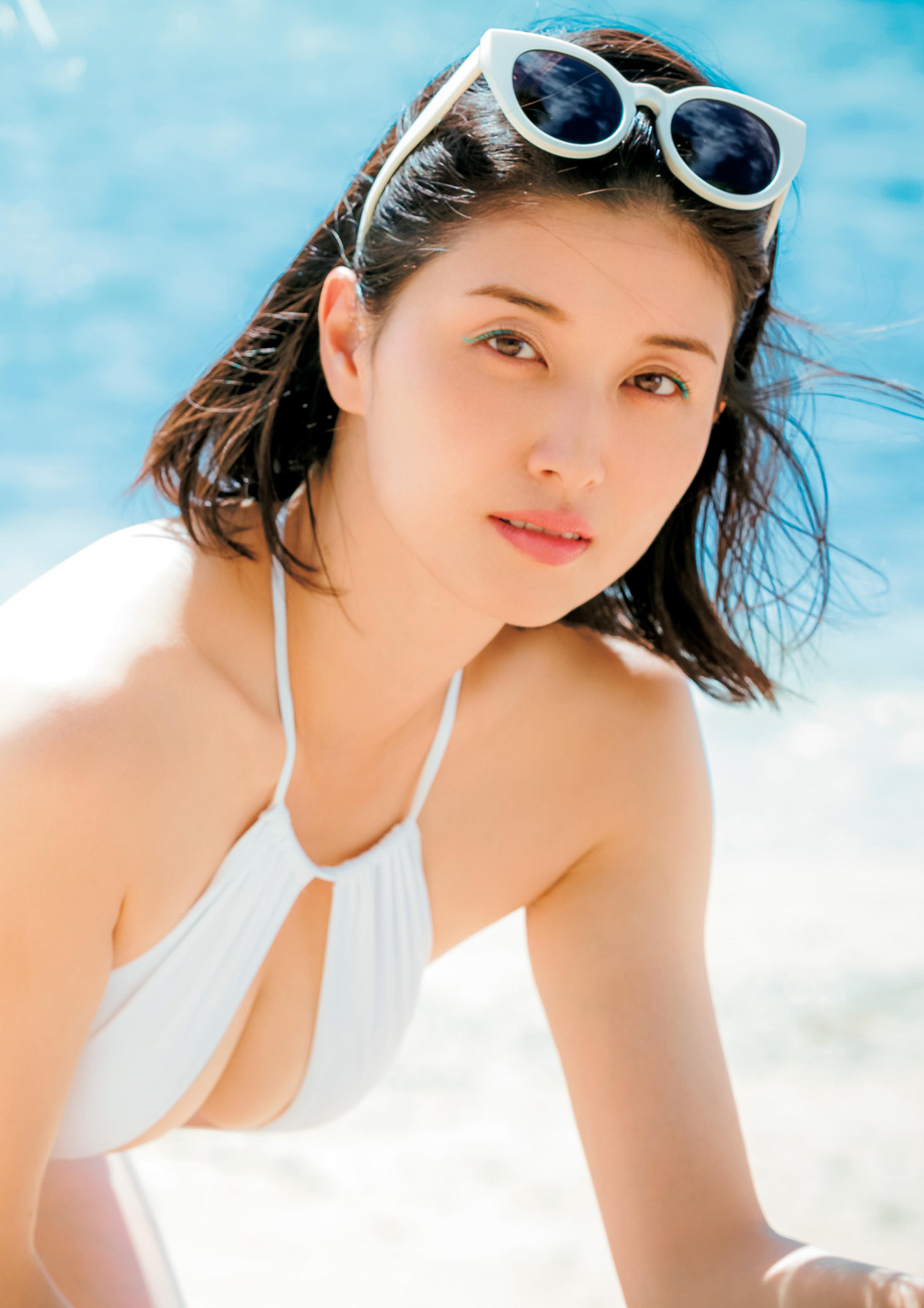 Hashimoto-Manami-db-hugging-in-Hawaii-009