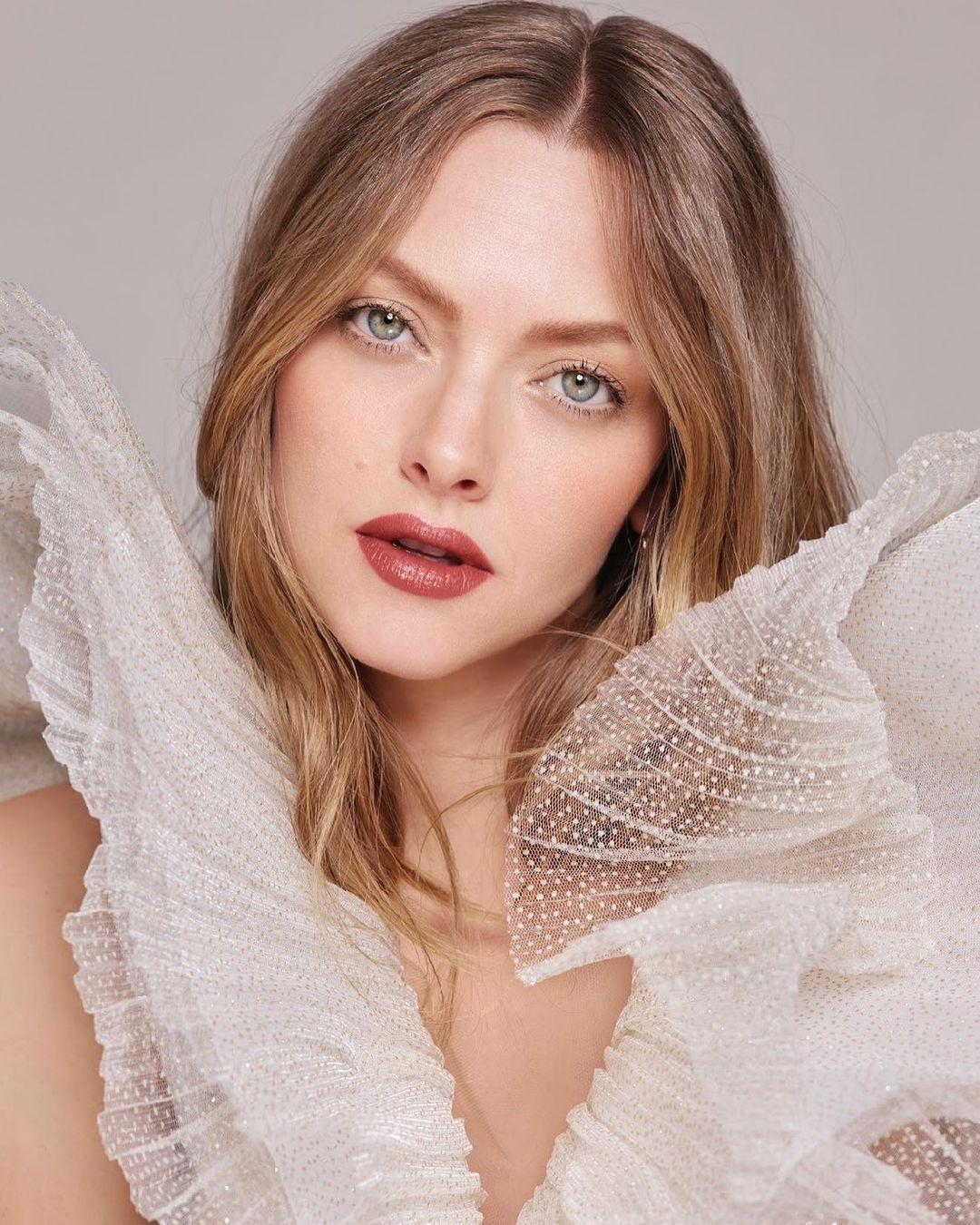 Amanda-Seyfried-Wallpapers-Insta-Fit-Bio-11