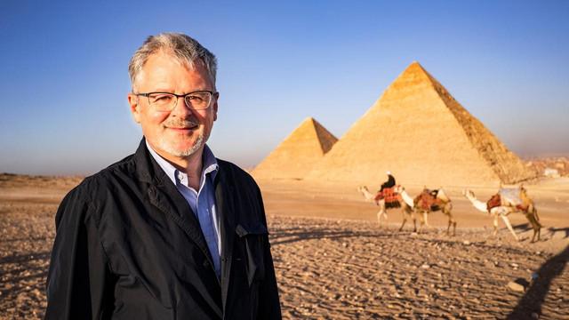 christopher-clark-vor-pyramiden-von-gizeh-100-1280x720-cb-1587044505722