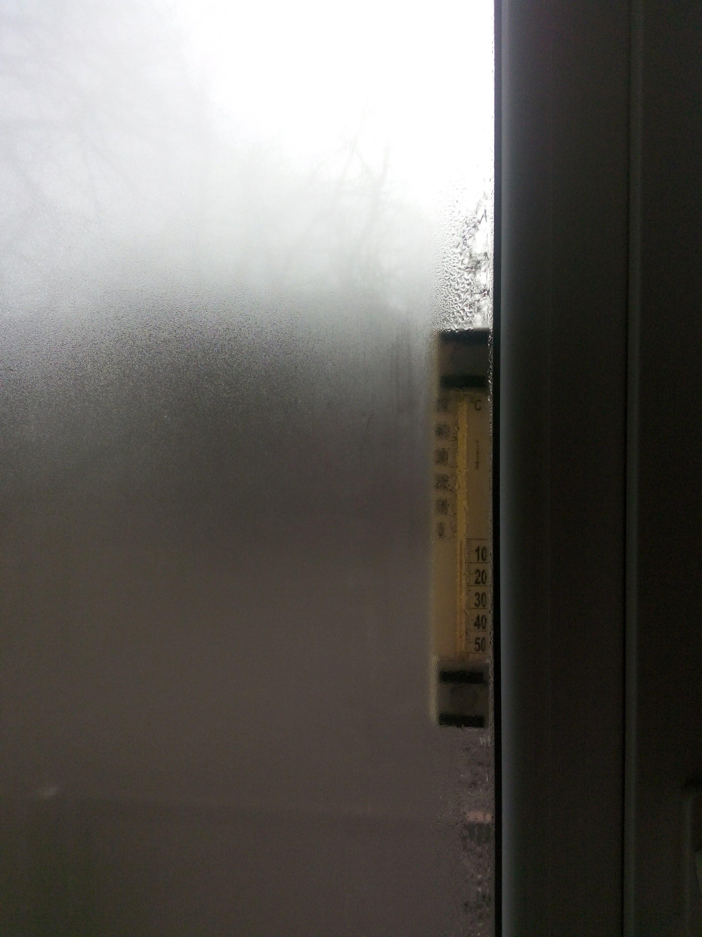 Образование конденсата на стеклопакетах при температуре внешнего воздуха -1 °С