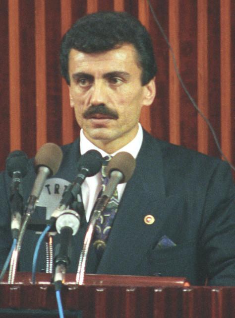 Siyasete-1968-de-Gen-lkcler-Hareketi-ne-katlarak-adm-atan-1993-te-de-Byk-Birlik-Partisini-kuran-Muhs