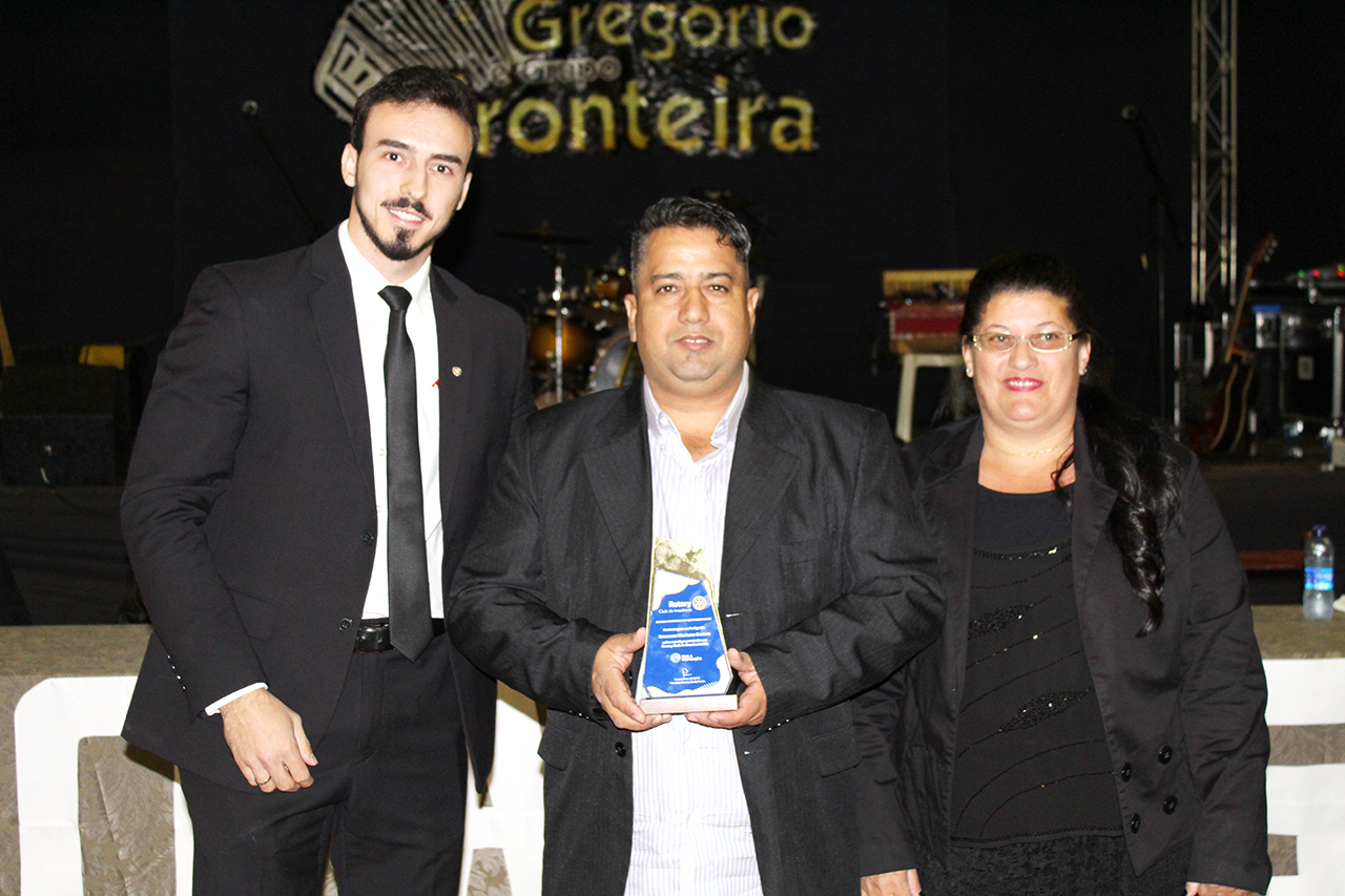 Emerson Mariano recebe o prêmio ao lado da esposa