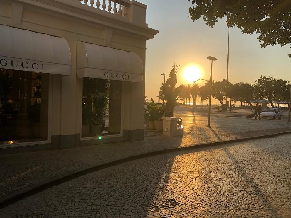 Com traços que remetem a identidade do Rio, toda a ambientação foi pensada  em trazer para dentro da loja a cara e o charme carioca, do piso ao teto. c973bfebff