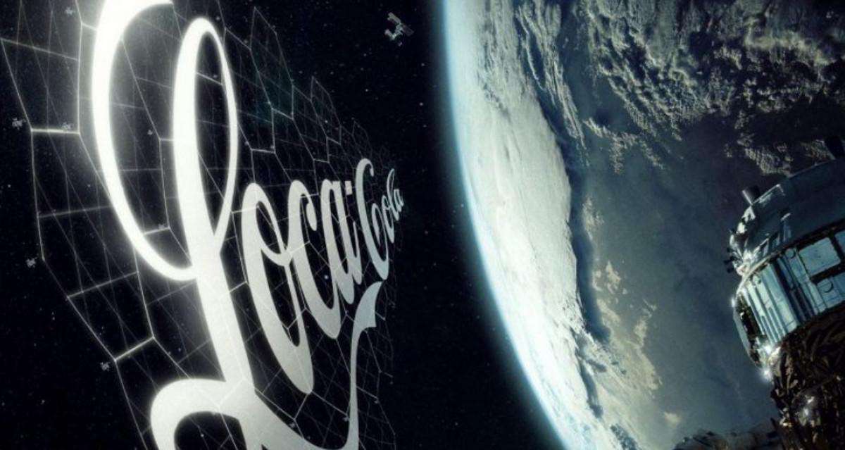 La pubblicità spaziale di SpaceX con un satellite in orbita