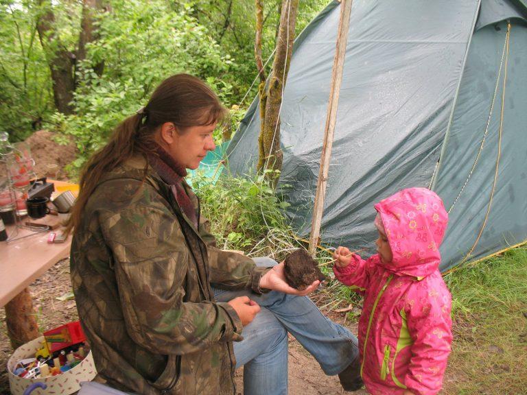 Ксюша (2 года) помогает очищать череп лося, которому 6 000 лет