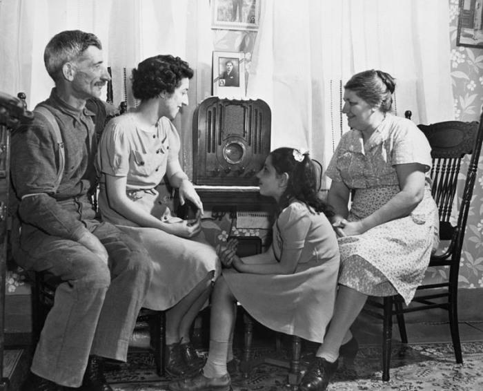 Радио в начале XX века слушали по вечерам всей семьей