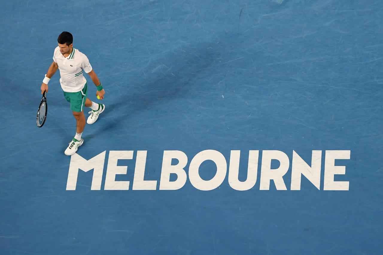 Djokovic caminha para o fundo da quadra entre um dos pontos de uma partida