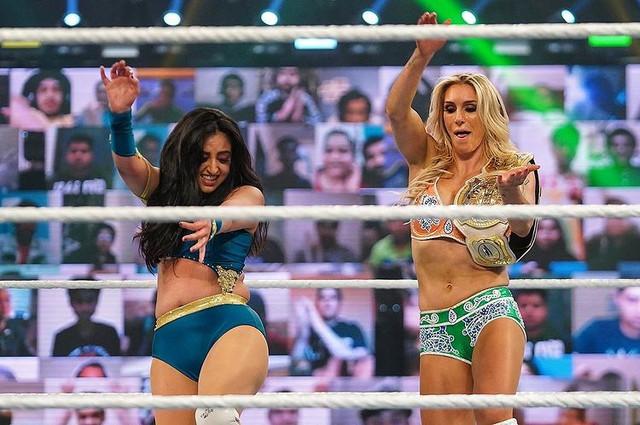 Charlotte Flair y Sareena Sandhu vencen a Bayley y Natalya wwe India 2021