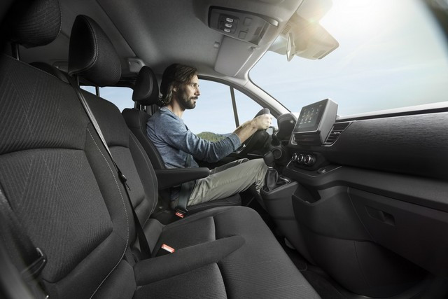 Le Nissan NV300 Combi Fait Peau Neuve New-NV300-Combi-Interior-Front-Cabin-2-1200x800