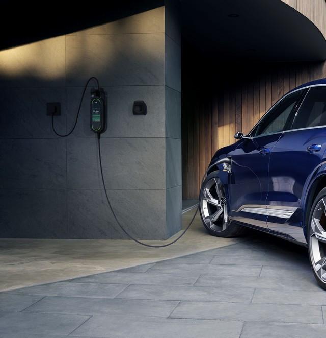 Prévenir les coupures de courant grâce à l'intelligence : l'Audi e-tron est prête pour un chargement optimisé  Charging-Audie-tron-s-002