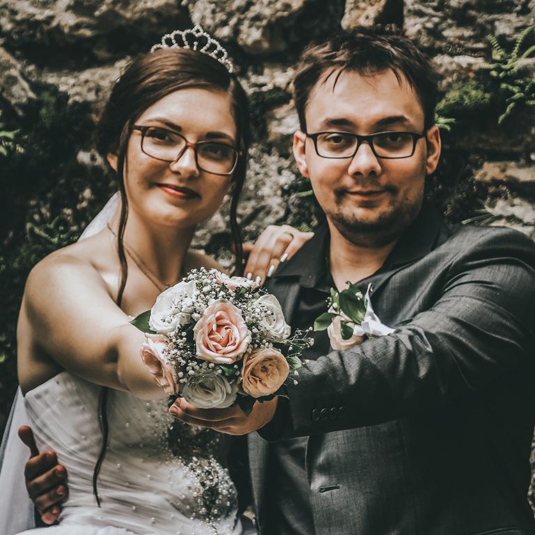Mirnes and Edina holding bouquet