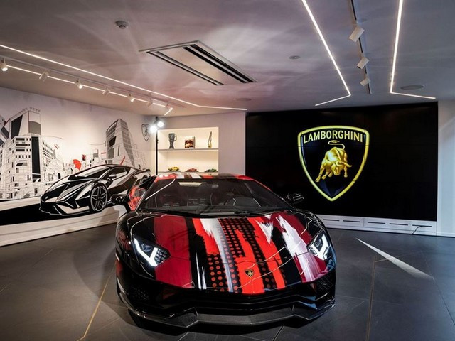 Automobili Lamborghini et Yohji Yamamoto célèbrent l'inauguration du Lamborghini Lounge Tokyo et du Studio Ad Personam 571410-v2