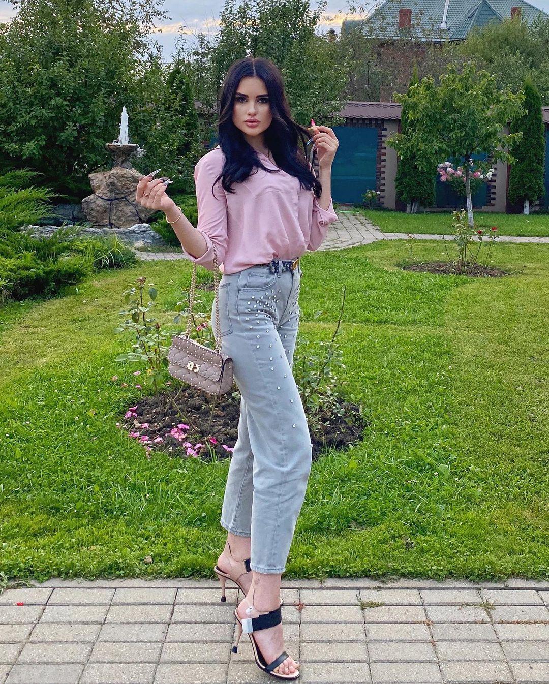 Karina-Arakelyan-Wallpapers-Insta-Fit-Bio-10