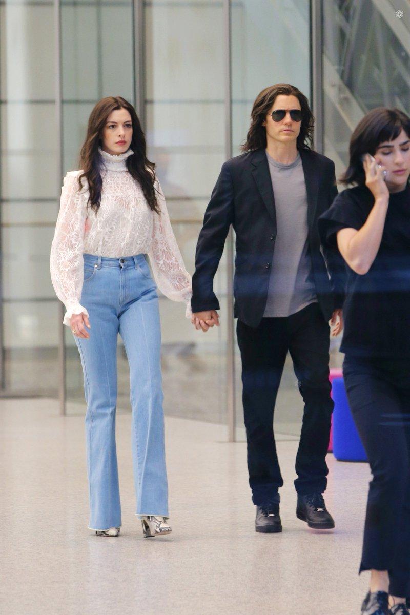 """Jared Leto e Anne Hathaway sul set di """"We Crashed"""""""