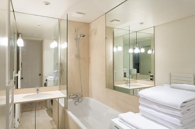 Ванная со стеклянной шторкой