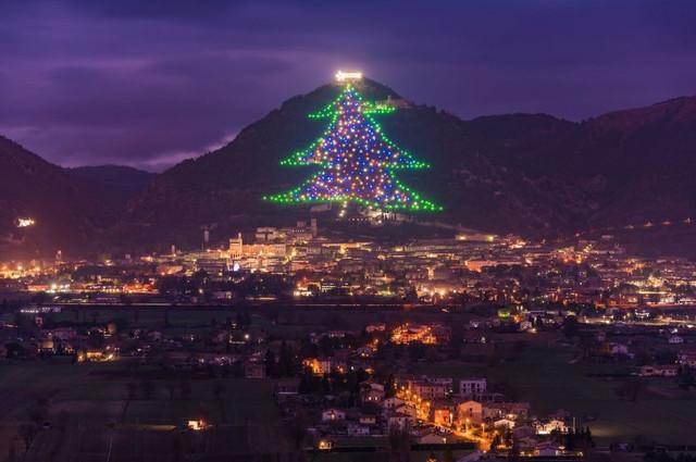 20943-pohon-natal-di-gubbio-italia