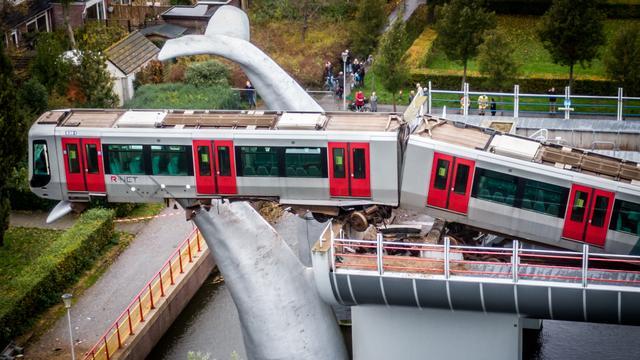 metro-schiet-in-spijkenisse-door-stopblok-en-hangt-op-10-meter-hoogte