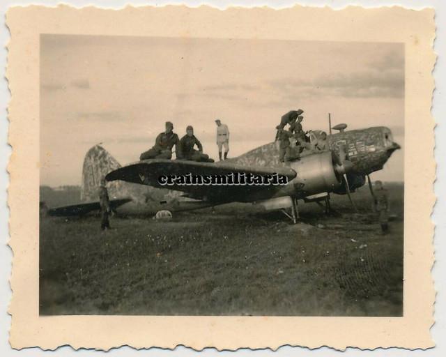 Orig-Foto-Soldaten-bei-russisches-Flugzeug-Wrack-m