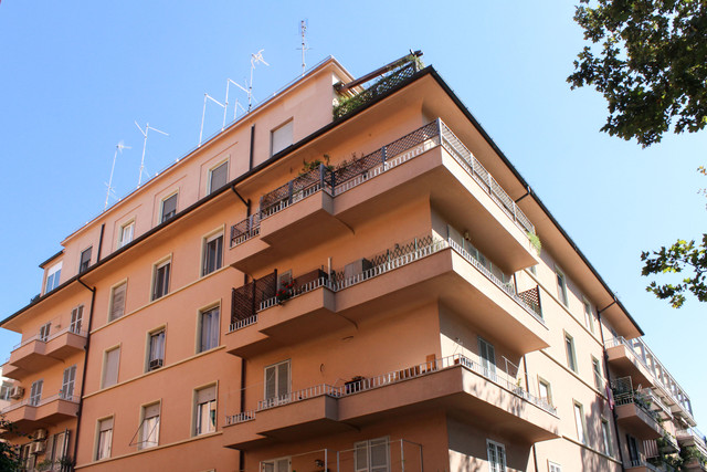 Capitolato d'appalto e direzione lavori per la manutenzione della facciata (con l'inserimento di un nuovo sistema di smaltimento delle acque piovane), dei balconi e del lastrico solare di uno stabile in via Ghirza, Roma. importo dell'opera € 110.000