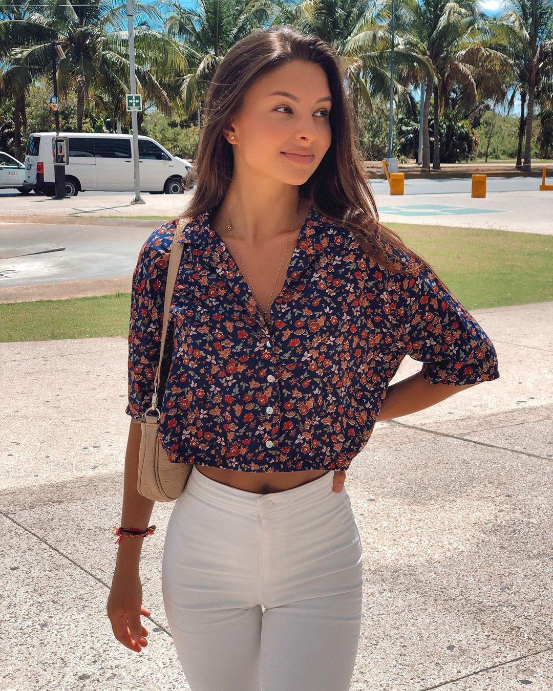 Alina-Brady-Wallpapers-Insta-Biography-6