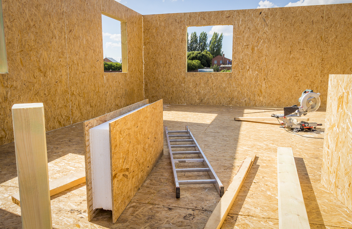 Assembling-a-small-house-of-SIP-panels