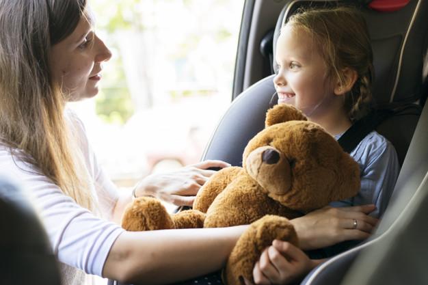 mother-helping-put-seat-belt-53876-52943