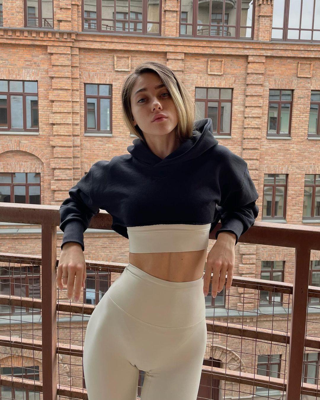 Amalia-Annenkova-Wallpapers-Insta-FIt-Bio-2