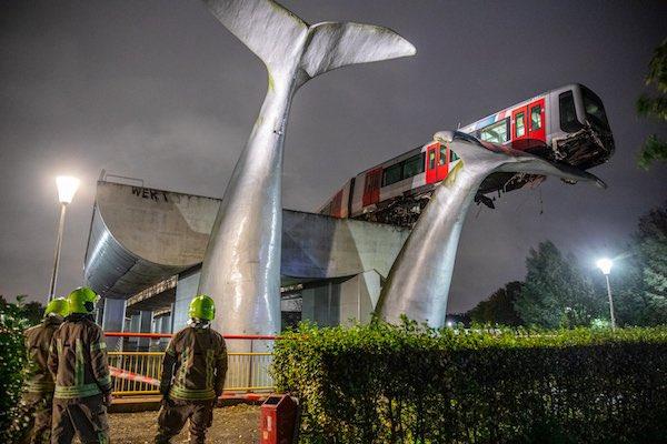 鹿特丹高架鐵路中一輛車撞破了終點的停車障礙,沒辦法停下來。結果奇蹟般地被巨大的鯨魚尾巴所救了! Image